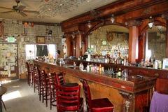 在与镜子的一个老木酒吧里面 免版税库存照片