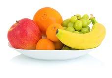 在与阴影反射的白色背景隔绝的碗新鲜水果 苹果计算机橙色普通话葡萄和香蕉在白色碗 库存图片