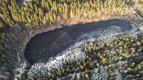 在与雪的春日期间伟大的湖的鸟瞰图 库存图片