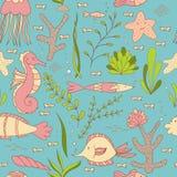 在与鱼、海象、壳,海星、海草和珊瑚的海无缝的样式下 向量例证