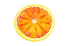 在与copyspace的白色背景隔绝的切片血橙 库存照片