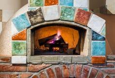在专业意大利stylepizza烤箱的火 免版税库存图片