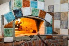 在专业意大利stylepizza烤箱的火 库存照片