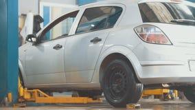 在专业服务的被举的汽车-汇合的崩溃-处理修理 免版税库存照片