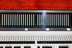 在专业演播室多磁道的搅拌器音响器材的水平 免版税库存图片