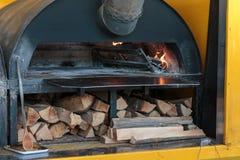在专业烤箱的灼烧的火 库存图片