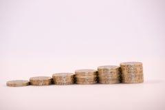 在专栏堆积的英国1英镑硬币 免版税库存照片