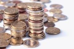 在专栏堆积的许多欧洲硬币 免版税库存照片