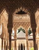 在专栏的古老被雕刻的装饰品在阿尔罕布拉宫,西班牙 库存照片