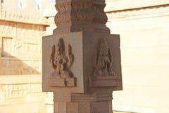 在专栏的石浅浮雕在哈扎拉Rama寺庙亨比 加州 免版税库存图片