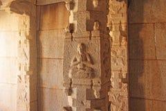 在专栏的石浅浮雕在哈扎拉Rama寺庙亨比 加州 免版税库存照片