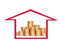 在专栏的许多硬币在房子里 财务的概念 免版税图库摄影