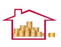 在专栏的许多硬币在房子里 财务的概念 免版税库存图片