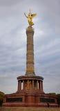 在专栏的金黄柏林天使雕象在蒂尔加滕 库存照片