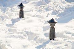 在专栏附近街道的随风飘飞的雪在波摩莱,保加利亚街道上的冬天 免版税图库摄影