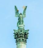在专栏顶部的天使加百利 免版税库存照片