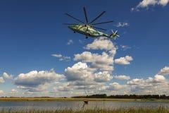 在世界光晕的最大和装载举的直升机采取水盘旋 库存照片
