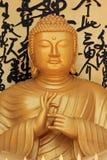 在世界和平塔的金黄菩萨雕象在博克拉,尼泊尔 免版税库存照片
