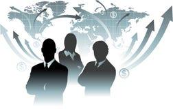 在世界地图前面的商人队 免版税库存图片