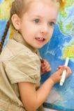 在世界地图前面的孩子 免版税库存图片