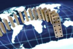 在世界地图概念背景附近的多米诺作用风险 库存照片