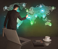 在世界地图的推销员图画在办公室 库存图片