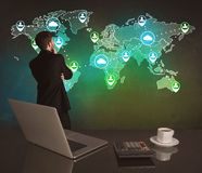 在世界地图的推销员图画在办公室 免版税图库摄影