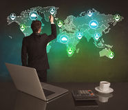 在世界地图的推销员图画在办公室 免版税库存照片