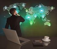在世界地图的推销员图画在办公室 库存照片