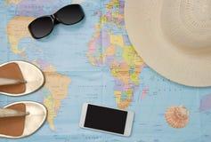 在世界地图的旅游辅助部件 免版税库存图片