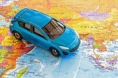 在世界地图的汽车 库存照片