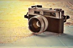 在世界地图的老照片照相机 免版税库存照片