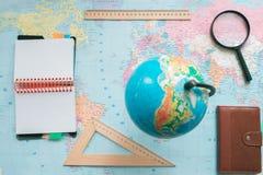 在世界地图的背景的地球 免版税库存图片