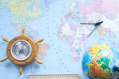 在世界地图的背景的地球 库存照片