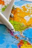 在世界地图的飞机 图库摄影