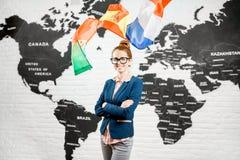 在世界地图背景的旅行代理人画象 免版税图库摄影