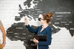 在世界地图背景的旅行代理人画象 免版税库存图片