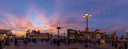 在世界村,迪拜,阿拉伯联合酋长国的日落2019年 免版税库存照片