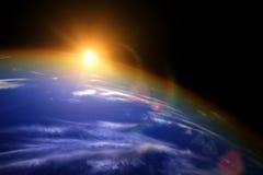 在世界的天际的太阳从空间的角度 免版税图库摄影