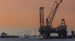 在世界的最大的起重机船在鹿特丹口岸 库存图片