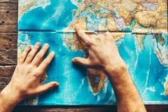 在世界的纸地图的精神手表明最终目的地,顶视图 库存图片