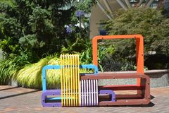 在世界贸易中心大厦的五颜六色的长凳在波特兰,俄勒冈 免版税库存图片