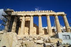 在世界遗产古典帕台农神庙的恢复未完成作品在上城顶部的大理石基地的有脚手架的 库存照片