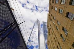 在世界贸易中心一号大楼和铁丝网的看法 库存图片