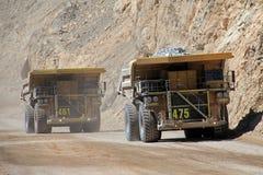 在丘基卡马塔,世界的最大的露天开采矿铜矿,智利的卡车 库存图片