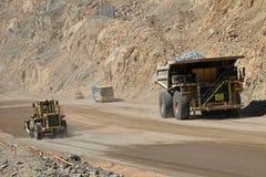 在丘基卡马塔,世界的最大的露天开采矿铜矿,智利的卡车 免版税库存照片
