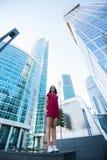 在业余时间,可爱的女性穿戴了与样式站立的单独近的商业中心在夏日 库存照片