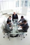 在业务会议坐的表小组附近 免版税库存图片