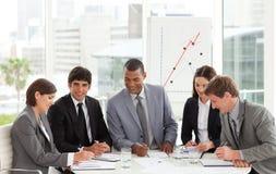 在业务会议坐的表小组附近 免版税库存照片