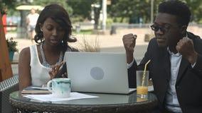 在业务会议期间美国黑人的企业队在咖啡馆,争论 免版税库存图片